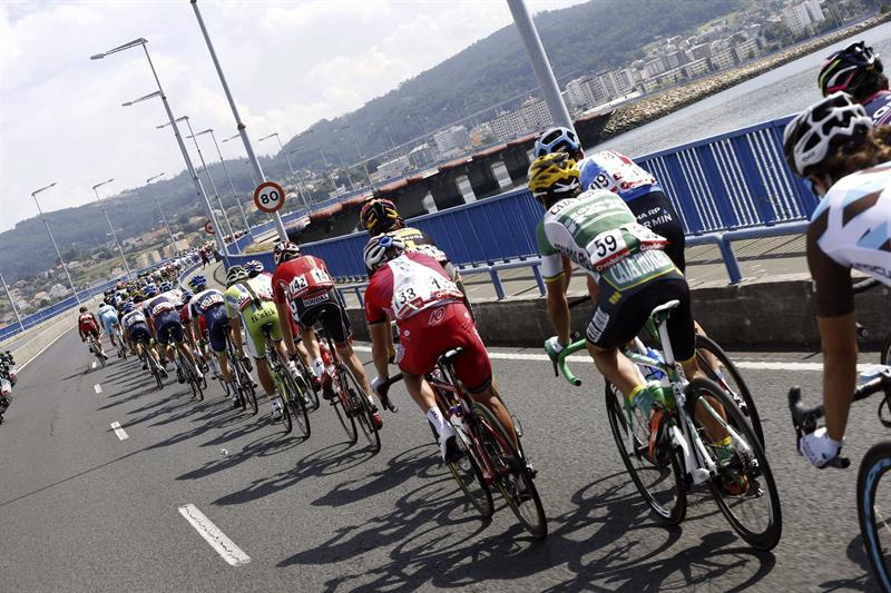 El pelotón a su paso por Ferrol, en la decimoséptima etapa de la Vuelta 2014. Foto: EFE