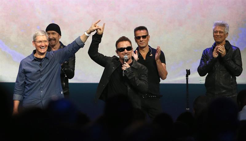 Bono de U2 con el director ejecutivo de Apple, Tim Cook. Foto: EFE
