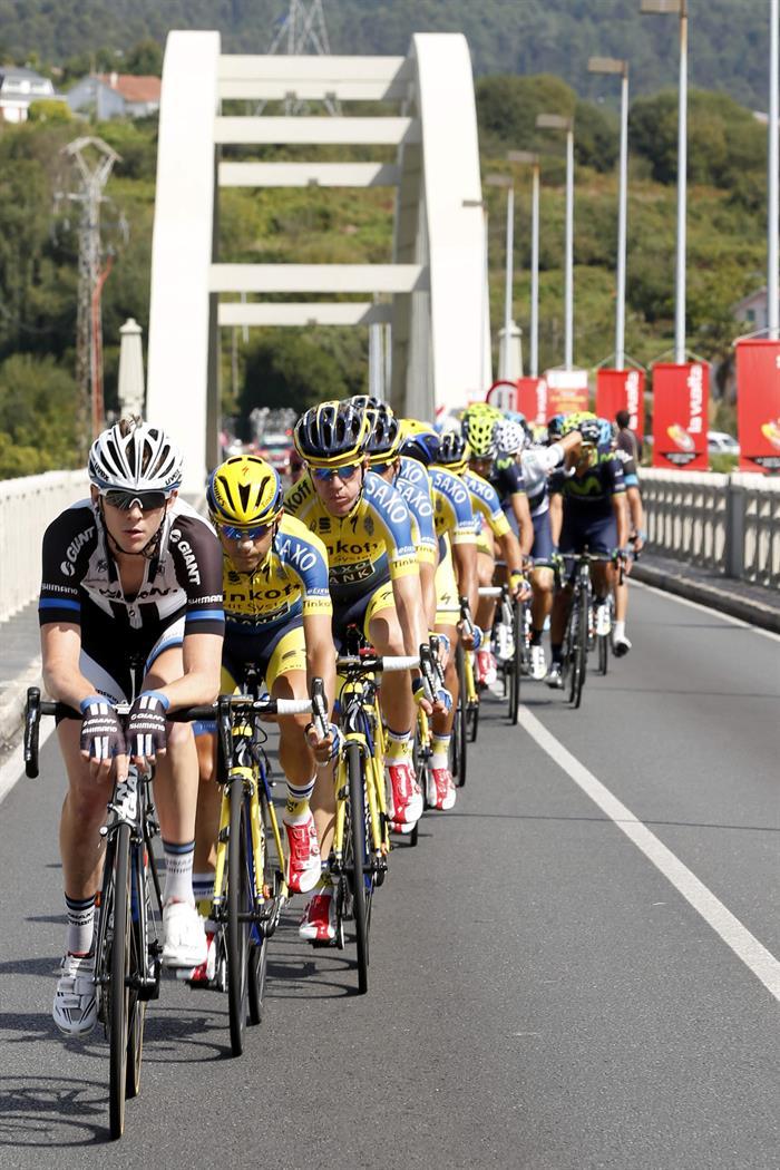 El pelotón durante la decimoséptima etapa de la Vuelta Ciclista. Foto: EFE