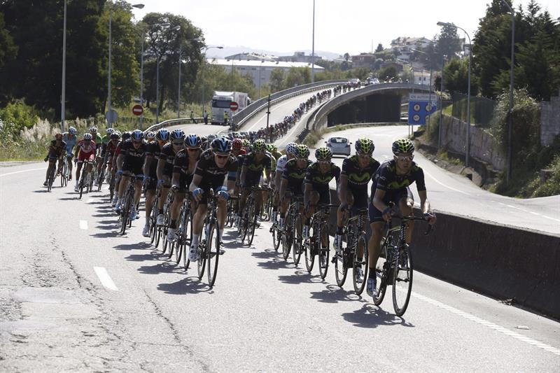 El pelotón durante de la decimoctava etapa que ha partido de la localidad de A Estrada. EFE