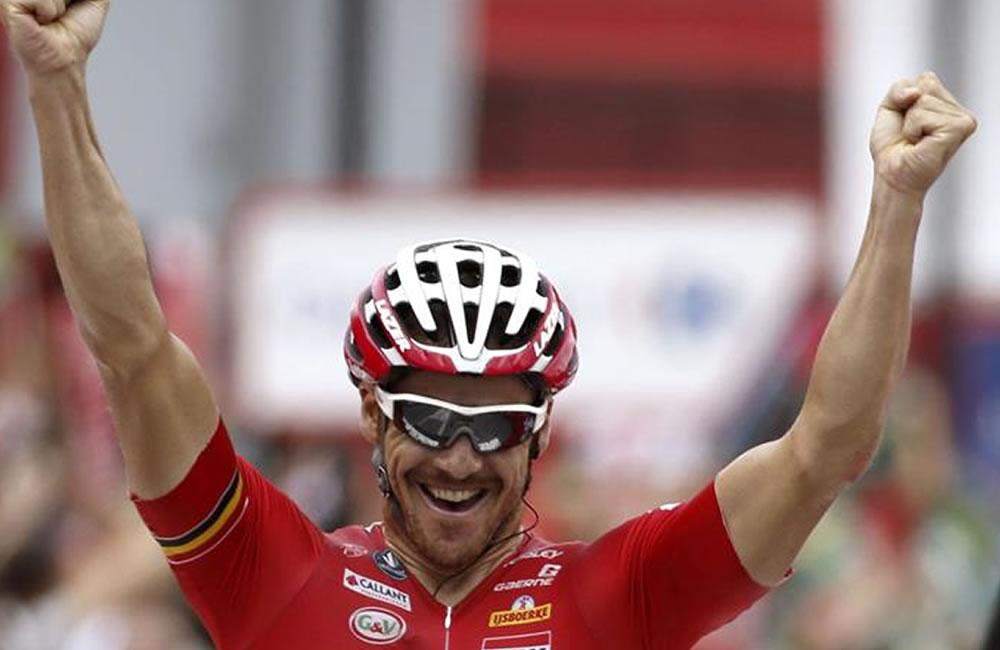 El ciclista australiano del equipo Lotto Adam Hansel celebra su victoria en la decimonovena etapa. Foto: EFE