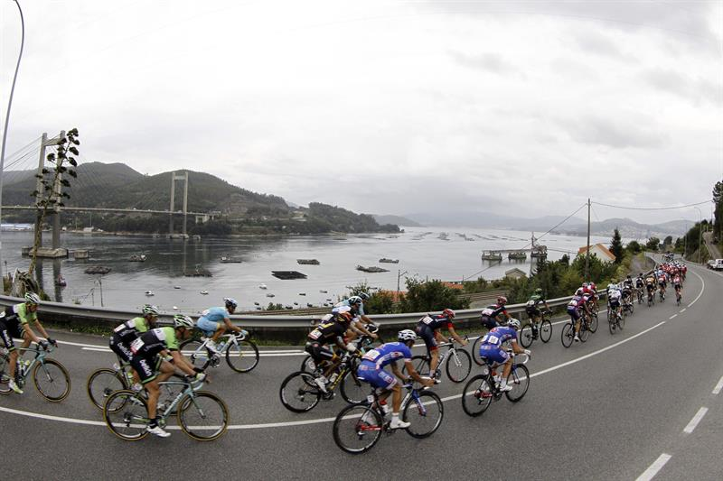 El pelotón durante a su paso por Vigo en la decimonovena etapa con salida en Salvaterra do Miño y llegada a Cangas. Foto: EFE