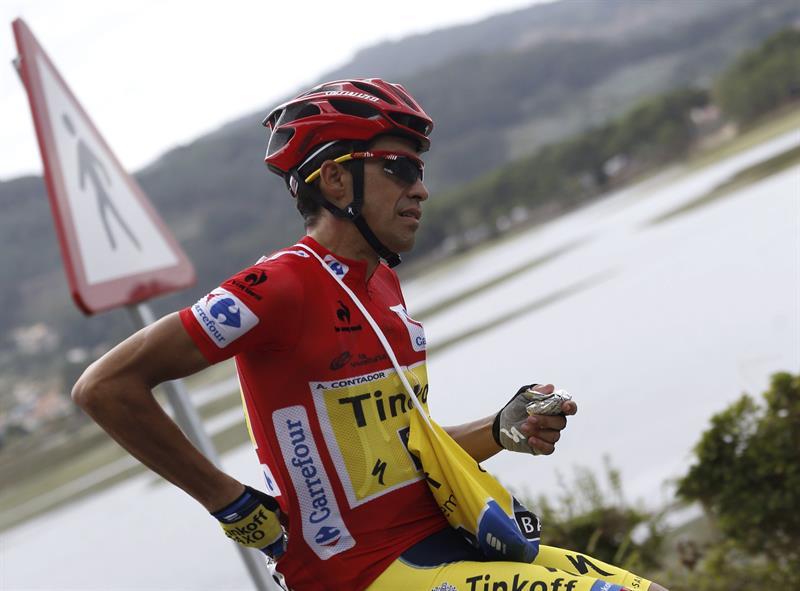 El ciclista madrileño del equipo Tinkoff Saxo Alberto Contador en el pelotón durante la decimo novena etapa. Foto: EFE