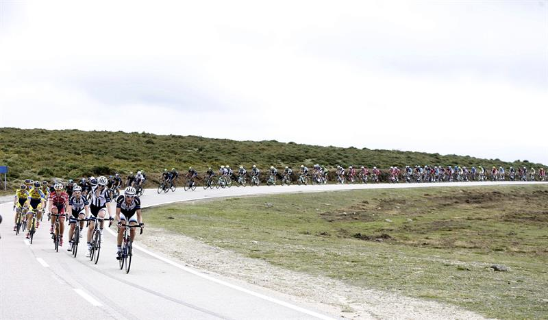 El pelotón durante la decimonovena etapa con salida en Salvaterra do Miño y llegada a Cangas do Morrazo. Foto: EFE