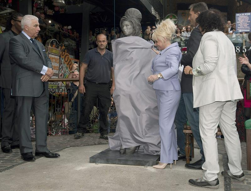 Revelan estatua de Amy Winehouse en Londres