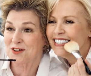 La importancia de las rutinas de maquillaje para las mujeres mayores
