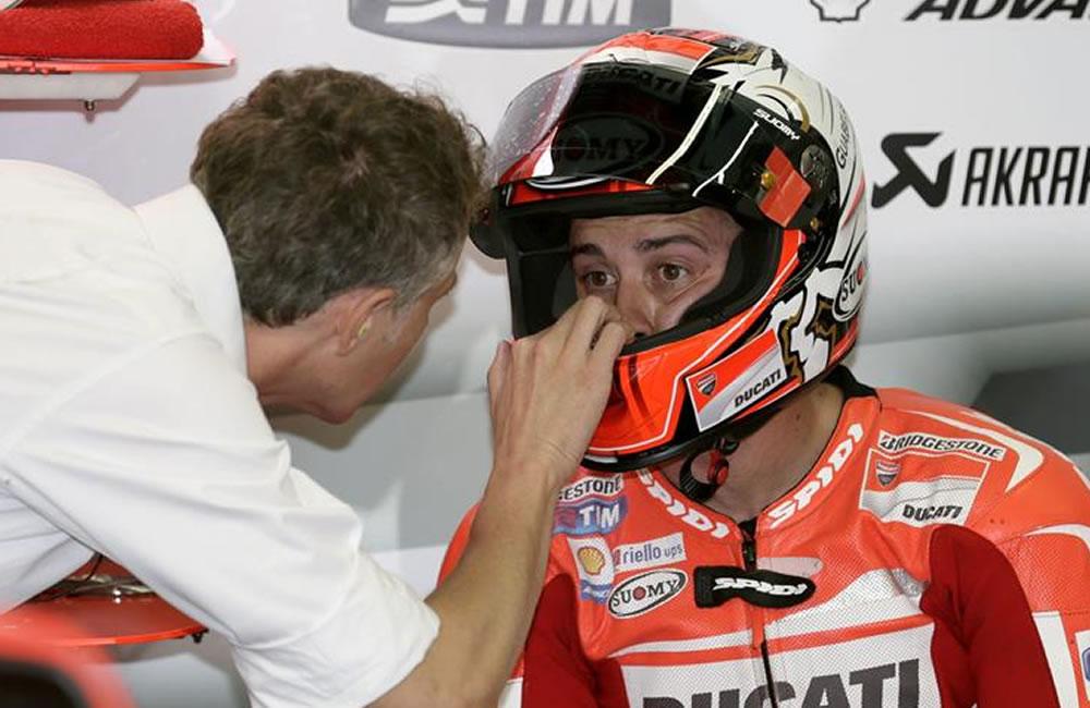 El piloto italiano de MotoGP Andrea Dovizioso conversa con un miembro de su equipo. Foto: EFE
