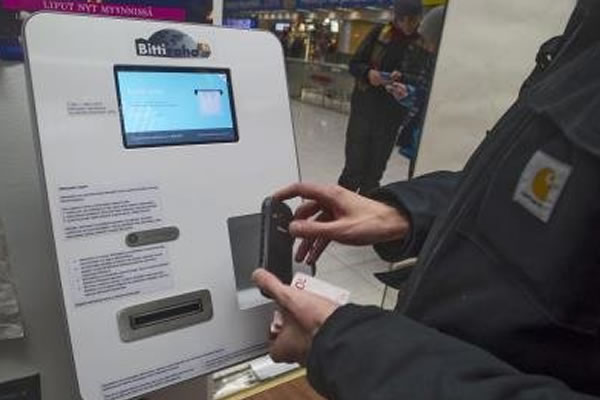 Móvil para sacar monedas bitcoin. Foto: EFE