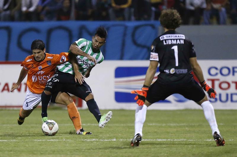 Edwin Cardona (c) del Atlético Nacional de Colombia disputa el balón con Emiliano José Ciucci (i) de César Vallejo de Perú. EFE
