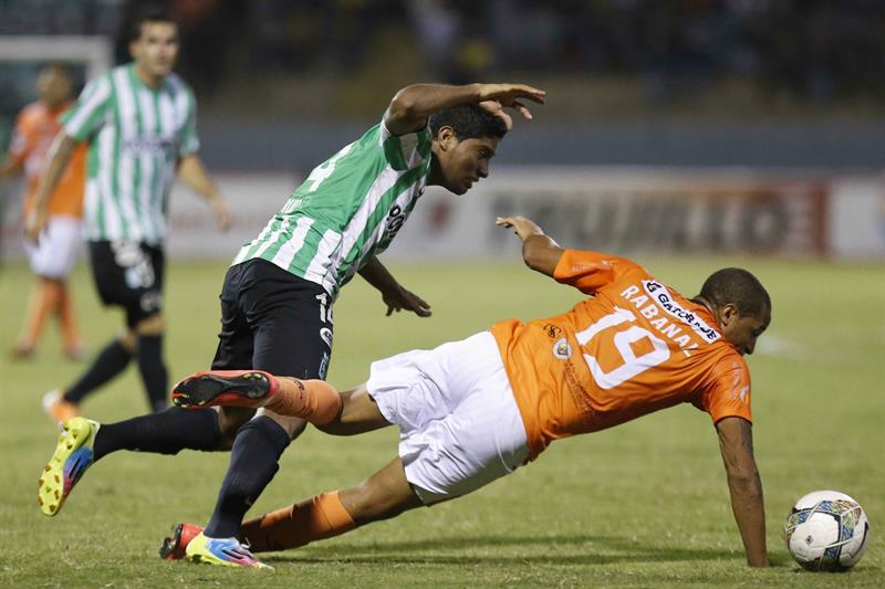 Luis Carlos Ruiz (i) del Atlético Nacional de Colombia disputa el balón con Jesús Rabanal (d) del César Vallejo de Perú. EFE