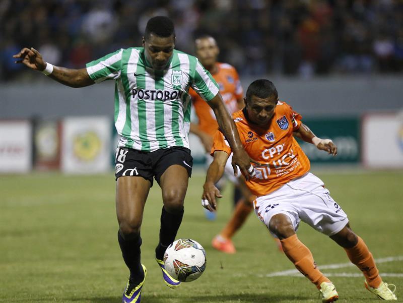 Wilder Guisao (i) del Atlético Nacional de Colombia disputa el balón con William Chiroque (d) del César Vallejo de Perú. EFE