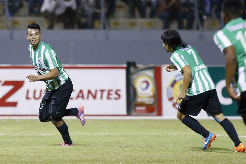 Edwin Cardona (i) del Atlético Nacional de Colombia celebra un gol ante César Vallejo de Perú. EFE