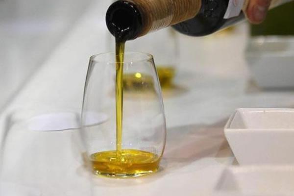 Regada por aceite de oliva, culinaria española y brasileña deleita