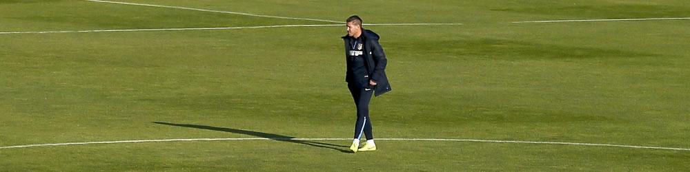 El DT del Atlético de Madrid, el argentino Diego Simeone, durante el entrenamiento en Majadahonda de cara al partido de Liga que disputa frente al Málaga. Foto: EFE
