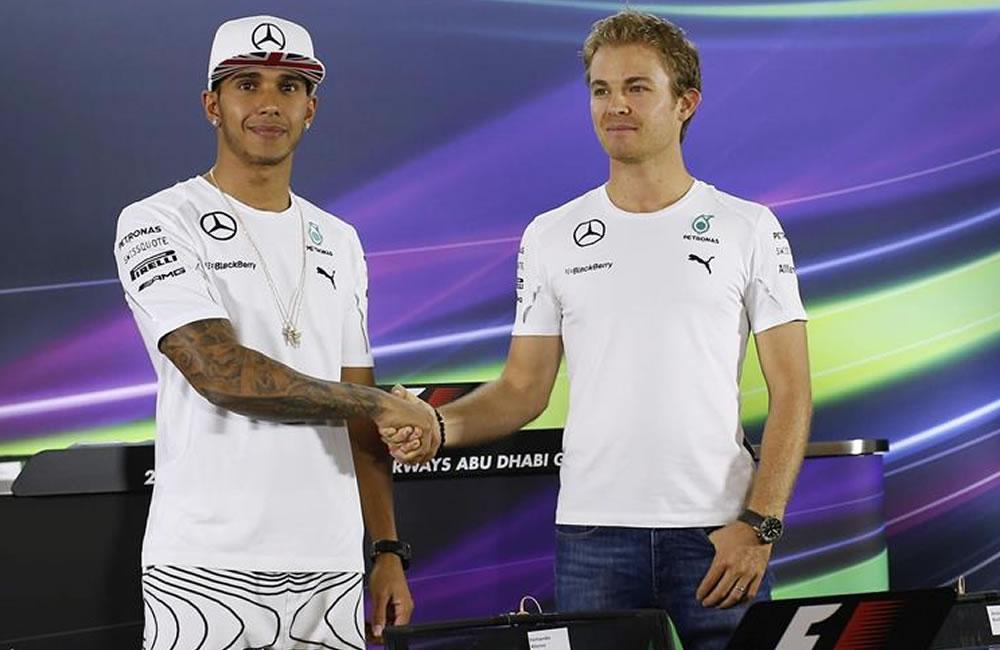 El piloto alemán de Mercedes Nico Rosberg (dcha) estrecha la mano a su compañero de equipo, el británico Lewis Hamilton. Foto: EFE