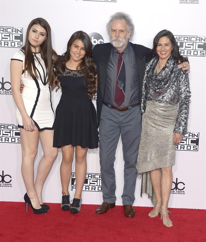 Elegancia y extravagancia en la alfombra roja de los American Music Awards