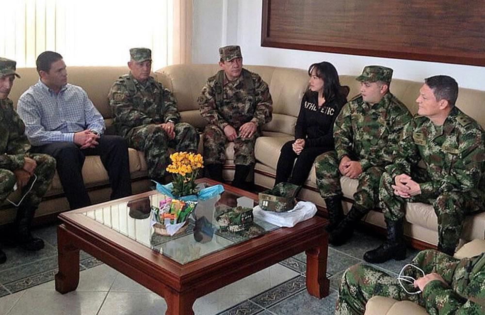 Primeras fotografía del General Alzate, el cabo Rodríguez y la abogada Urrego después de su liberación.. Foto: EFE