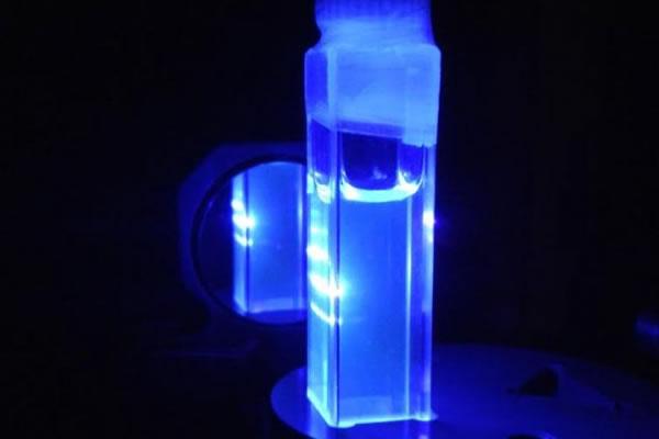Descubren un nuevo material inorgánico que emite luz láser