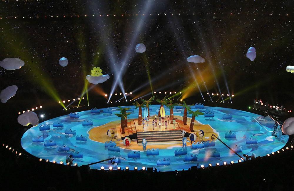 Katy Perry encendió el medio tiempo del Super Bowl llena de colorido y fuegos