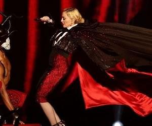 Madonna se cae en el escenario de los Brit Awards