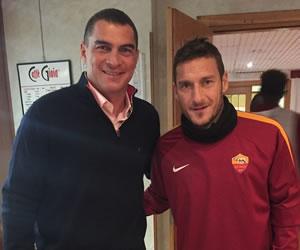 Mondragón posa junto a grandes futbolistas en Europa