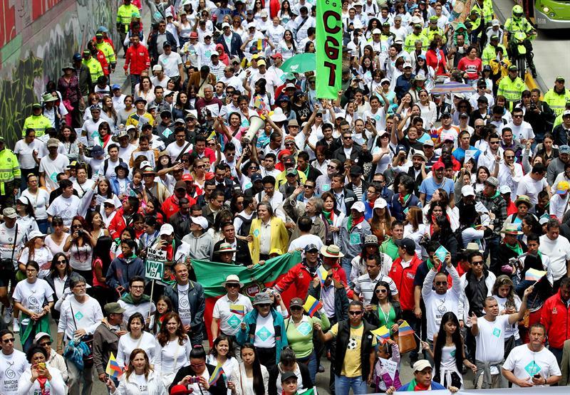 Miles de colombianos marcharon hoy en unas 50 ciudades del país y otras del exterior para exigir respeto a la vida. Foto: EFE