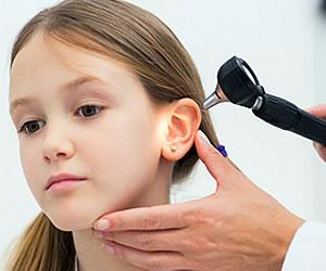 La importancia de examinar el oído de sus hijos
