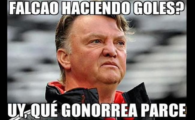 Los 'memes' que se burlan de Van Gaal por doblete de Falcao. Foto: Facebook
