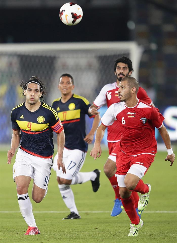 El delantero de la selección colombiana, Radamel Falcao (i) lucha por el balón con Fahad Al-Hajeri (d) de Kuwait. Foto: EFE