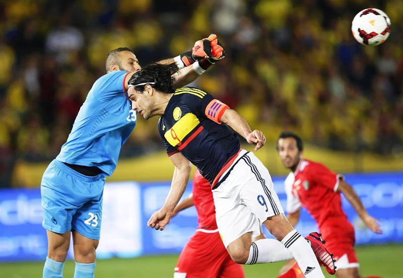El delantero de la selección colombiana, Radamel Falcao (d) remata de cabeza ante la presencia del portero Hameed Youssef (i) de Kuwait. Foto: EFE