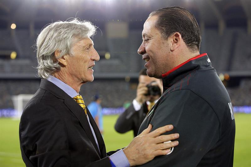 El entrenador de la selección colombiana, José Pekerman (i) saluda a su homólogo Nabil Maaloul (d) de Kuwait. Foto: EFE