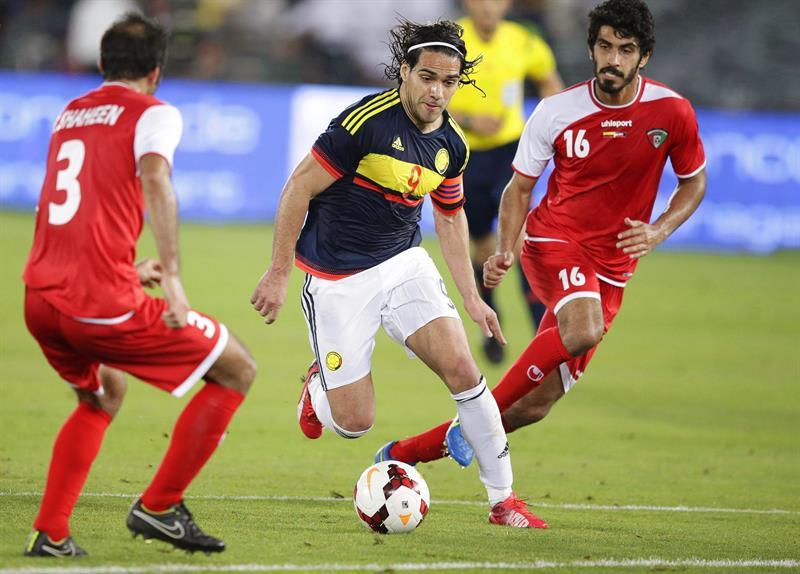 El delantero de la selección colombiana, Radamel Falcao (c) conduce el balón ante la presión de Fahad Shaheen (i) y Abdulrahman Al Enezi (d). Foto: EFE
