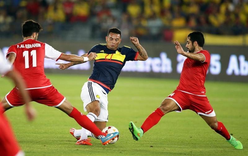 El centrocampista de la selección colombiana, Edwin Cardona (c) lucha por el balón con Fahed Al-Ebrahim (i). Foto: EFE