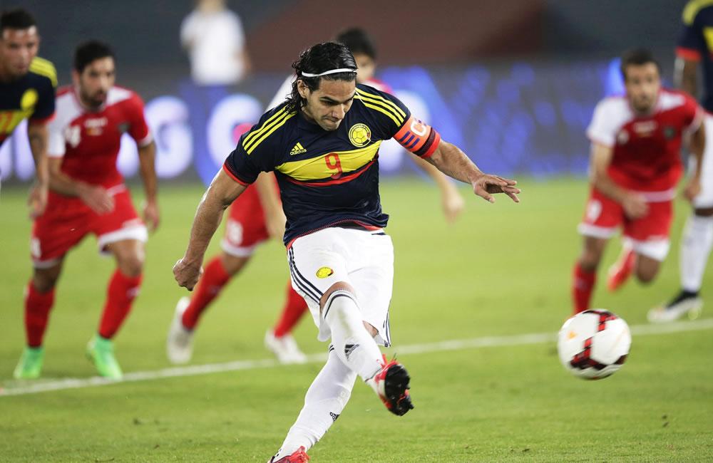 El delantero de la selección colombiana, Radamel Falcao marca de penalty el tanto que supuso el 3-1 ante Kuwait. Foto: EFE