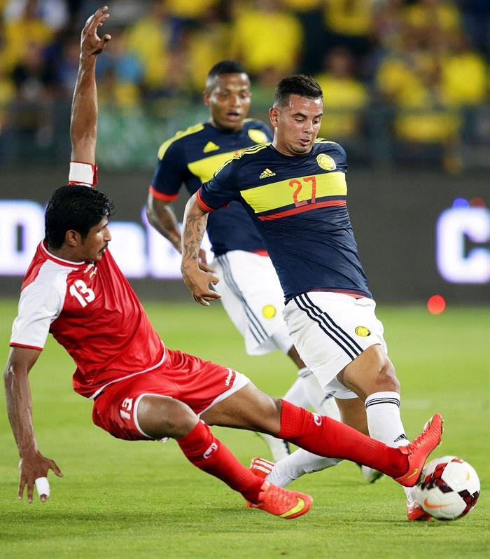 El centrocampista de la selección colombiana, Edwin Cardona (d) lucha por el balón con Mesaed Al-Enezi (i) de Kuwait. Foto: EFE