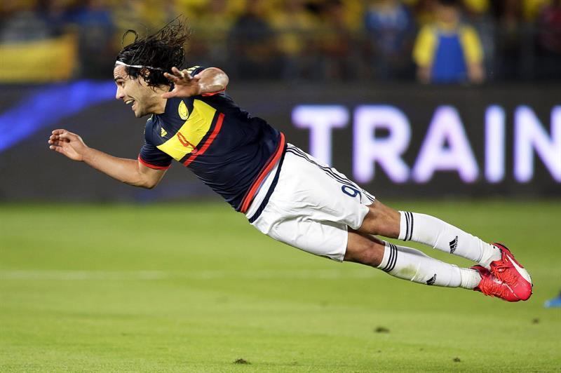 El delantero de la selección colombiana, Radamel Falcao remata de cabeza ante Kuwait. Foto: EFE