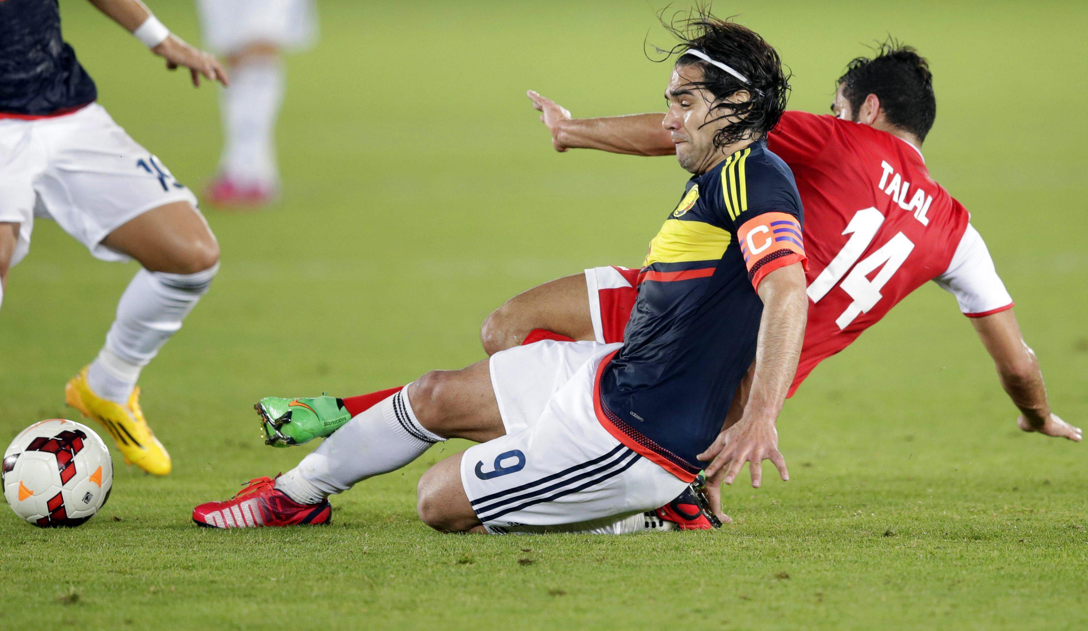 El delantero de la selección colombiana, Radamel Falcao (i) lucha por el balón con Talal Al-Fadhel (d) de Kuwait. Foto: EFE