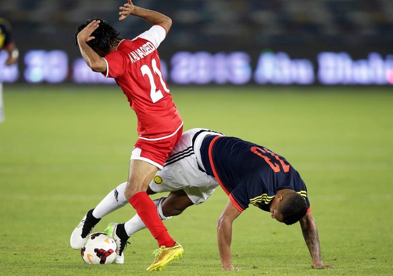 El centrocampista de la selección colombiana, Freddy Guarín (d) cae ante la entrada de Ali Al-Maqseed (i) de Kuwait. Foto: EFE
