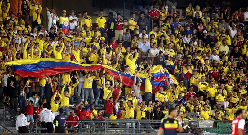 Los seguidores de la selección colombiana animan a su equipo ante Kuwait. Foto: EFE