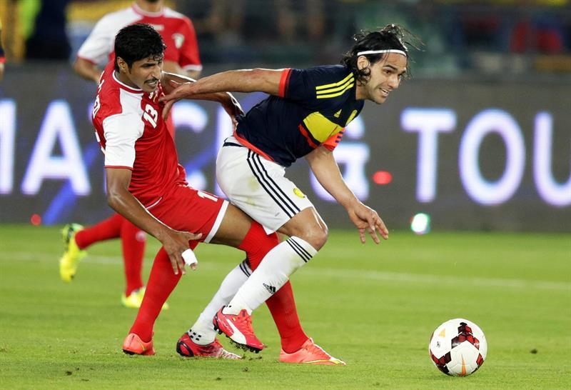 El delantero de la selección colombiana, Radamel Falcao (d) lucha por el balón con Mesaed Al-Enezi (i) de Kuwait. Foto: EFE