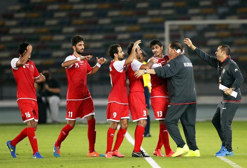Los jugadores de la selección kuwatí celebran el 1-1 ante Colombia durante el partido amistoso ante Kuwait. Foto: EFE