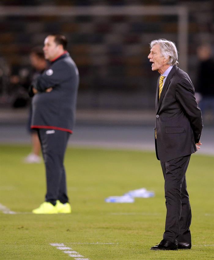El entrenador de la selección colombiana, José Pekerman (d) da instrucciones a sus jugadores ante Kuwait. Foto: EFE