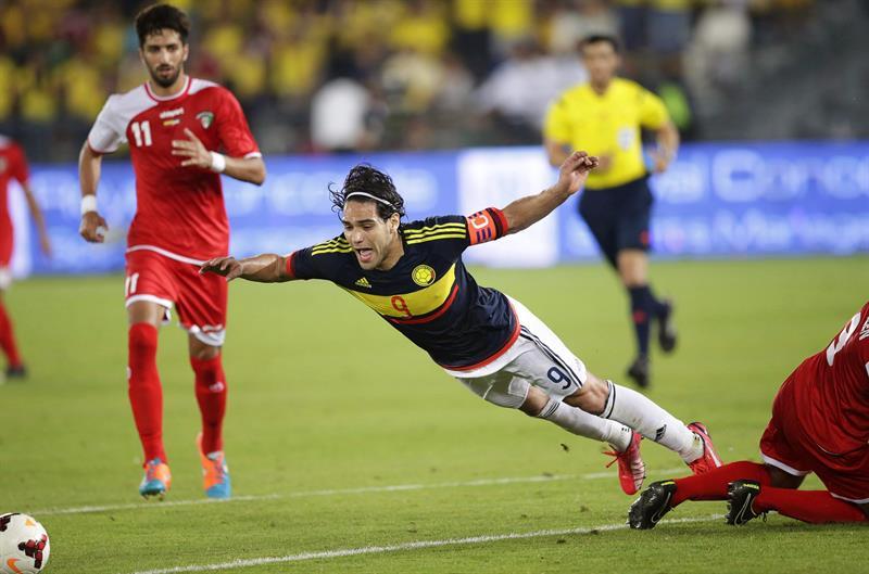 El delantero de la selección colombiana, Radamel Falcao provoca un penalti durante el partido amistoso. Foto: EFE
