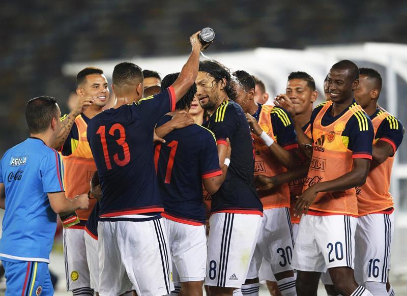 El centrocampista de la selección colombiana, Abel Aguilar (c) celebra con sus compañeros su tanto ante Kuwait. Foto: EFE