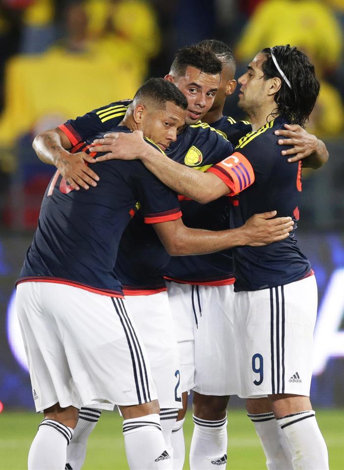 El delantero de la selección colombiana, Radamel Falcao (d) celebra con sus compañeros el tanto que supuso el 3-1 ante Kuwait. Foto: EFE
