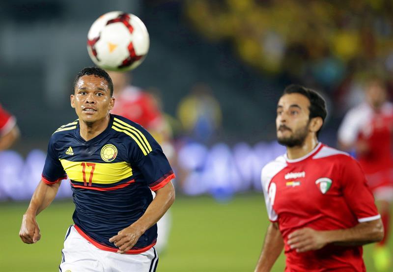 El delantero de la selección colombiana, Carlos Bacca (i) lucha por el balón con Abdullah Al-Buraiki (d) de Kuwait. Foto: EFE