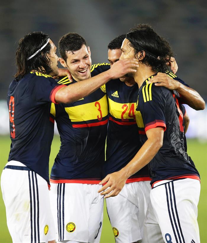 El centrocampista de la selección colombiana, Abel Aguilar (d) celebra con sus compañeros su tanto ante Kuwait. Foto: EFE
