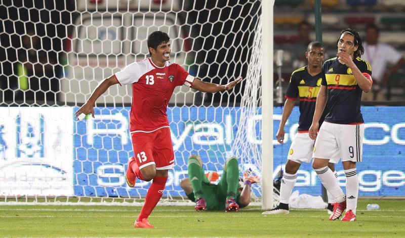 El jugador de la selección kuwatí Mesaed Al-Enzi (i) celebra el 1-1 ante Colombia. Foto: EFE