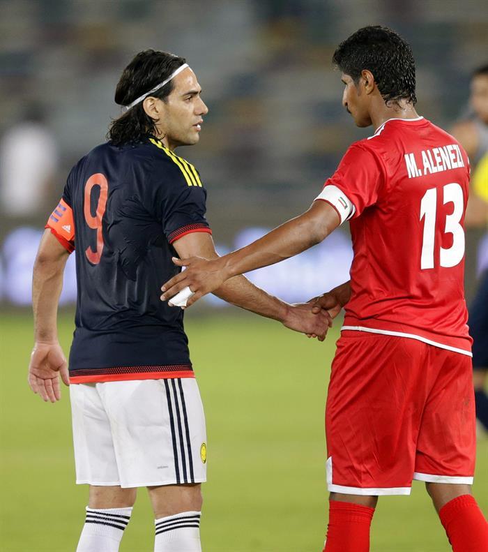 El delantero de la selección colombiana, Radamel Falcao (i) saluda a Mesaed Al-Enezi (d) de Kuwait. Foto: EFE