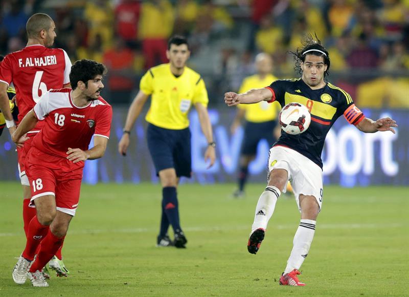 El delantero de la selección colombiana, Radamel Falcao (d) lucha por el balón con Khaled Ibrahim (2i) de Kuwait. Foto: EFE